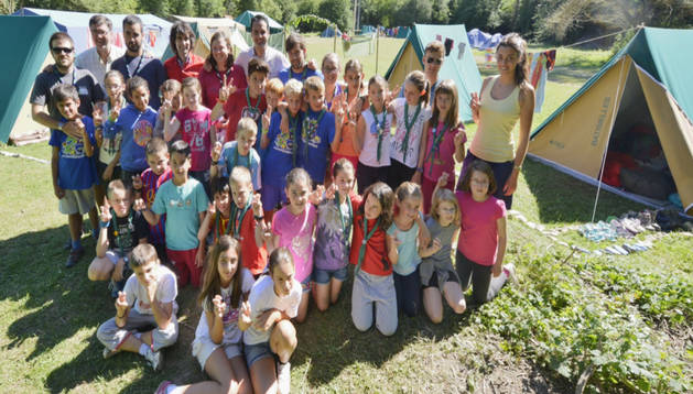 Un grupo de jóvenes y sus monitores en un campamento juvenil en Navarra