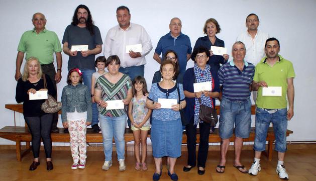 Los miembros de la junta directiva de la asociación de auroros, junto a los 10 premiados en la rifa.