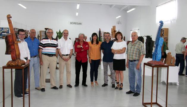 Bóregan, en el centro, junto a algunos de sus invitados, en una de las salas del nuevo espacio.