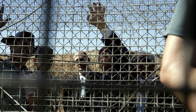 El ministro del Interior, durante la visita que ha realizado a la frontera de Beni Enzar, en Melilla.