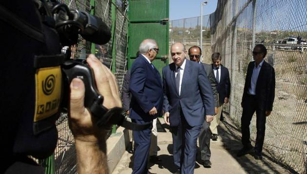 El ministro de Interior, Jorge Fernández Díaz revisa la malla anti-trepa colocada en la valla de Melilla