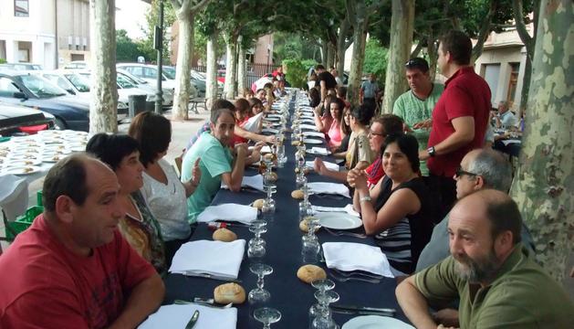 Los socios de la peña osasunista 14 de agosto esperan a que les sirvan la cena de la fiesta anual.