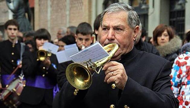 El homenajeado, Rafael Simón Orta, tocando una corneta.
