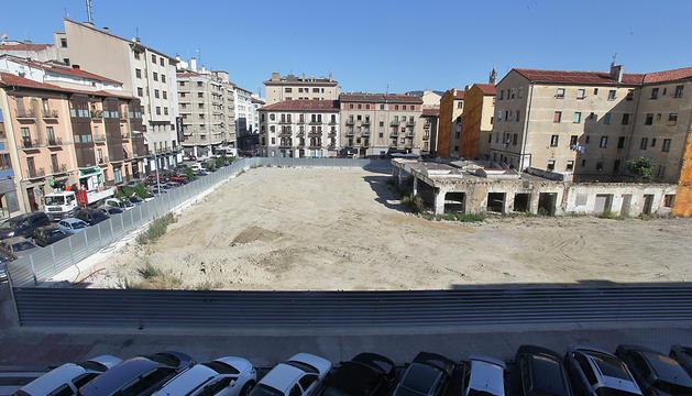 El solar vacío, con la calle Leyre al fondo y Amaya a la izquierda. La foto está tomada desde  Teobaldos