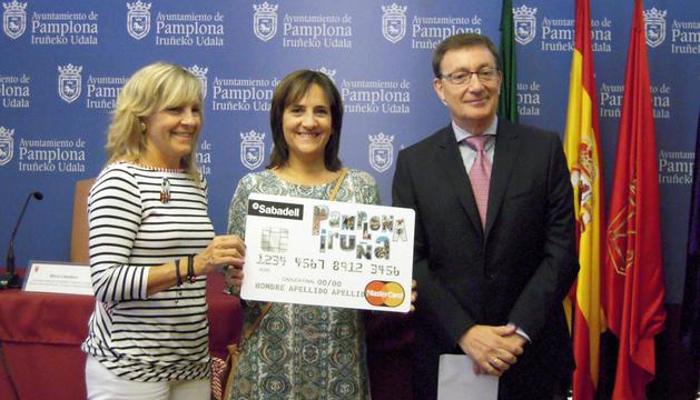 La concejala María Caballero entregando el premio a Itxaso García Aldave junto al director de zona de Navarra y La Rioja del Banco de Sabadell, Abraham del Pozo.