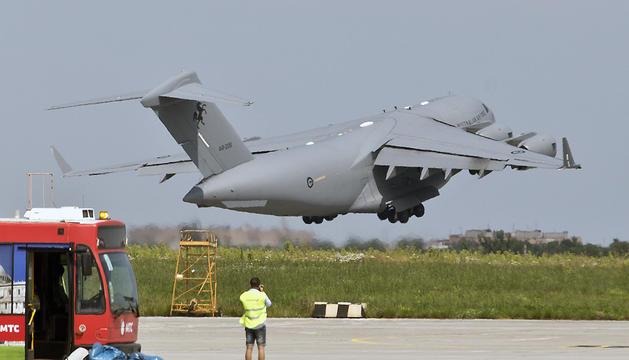 Un avión holandés C-130 despega en el aeropuerto de Járkov