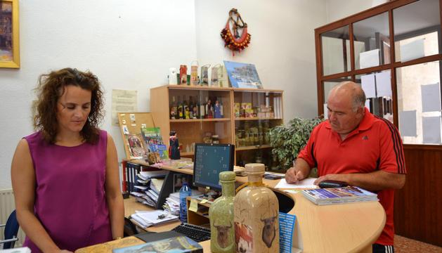 Un padre tramita los carnés con la técnica de desarrollo local, María Gurpegui.