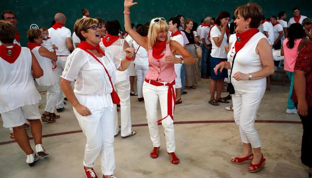 Varias mujeres bailando a ritmo de txaranga.