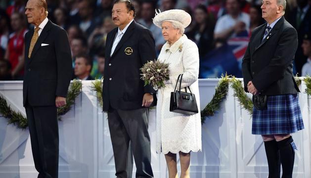 La reina Isabel II, el Duque de Edimburgo, el príncipe Imran y el presidente de la Federación de los Juegos de la Commonwealth, Michael Cavanagh, durante la ceremonia de apertura