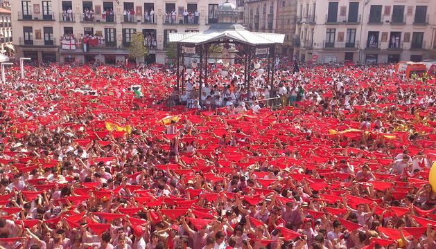 La plaza de los Fueros de Tudela, teñida de rojo en el momento del cohete