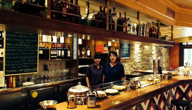 Dos camareras del Bar Baserri, a la derecha Amaia Larraza encargada del bar.