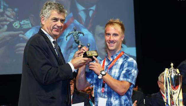 Aitor Pablo recibe el premio de la mano de Ángel María Villar