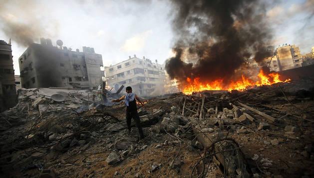 Un palestino revisa los escombros de un edificio bombardeado