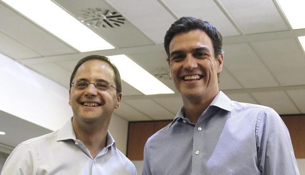 Pedro Sánchez (d) estrecha la mano de César Luena (i), el pasado 16 de julio