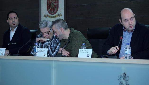 De izquierda a derecha, el portavoz socialista, Ramón Alzórriz, los concejales regionalistas, Ventura Verdes y José Manuel Méndez, y el alcalde Juan Carlos González en un pleno anterior de Burlada.