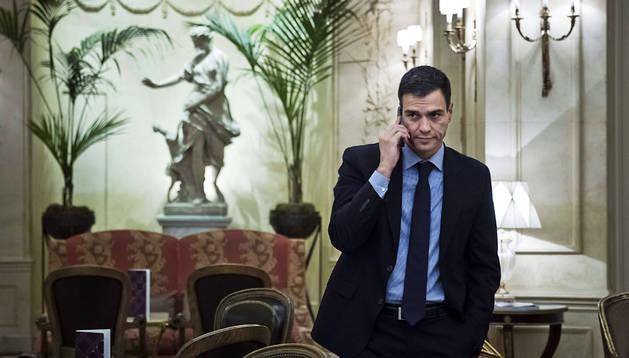 Pedro Sánchez habla por teléfono