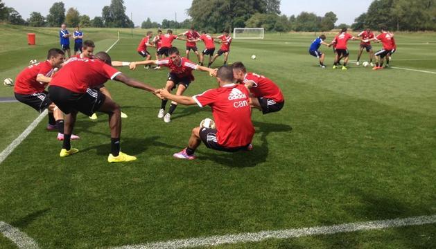 Los jugadores de Osasuna, en los campos de entrenamiento del hotel Mottram Hall.