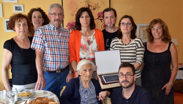 Vitorina Sádaba, rodeada por sus familiares y los representantes del Ayuntamiento de Mendavia.