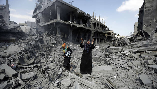Una mujer se lamenta entre los escombros durante la tregua