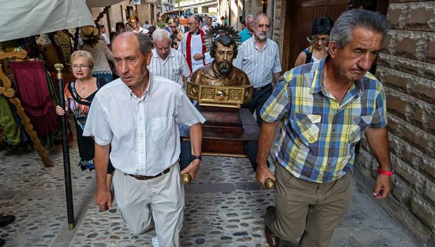 Un momento de la procesión en honor del apóstol Santiago en dirección a la parroquia de San Pedro.