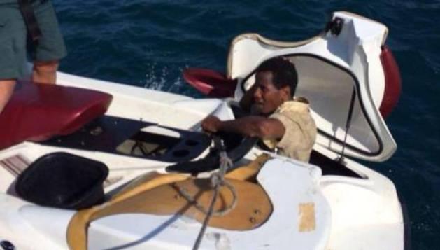 Uno de los inmigrantes, en el interior de la moto acuática.