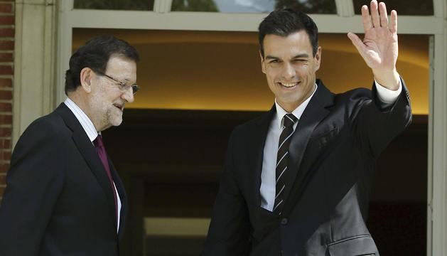 Pedro Sánchez saluda a los medios tras saludar a Rajoy.