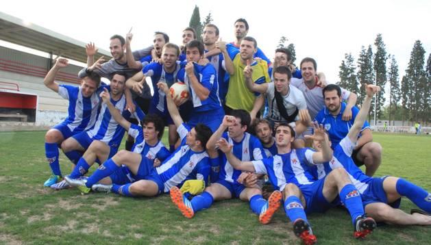 Los jugadores del Izarra celebran su título de Liga