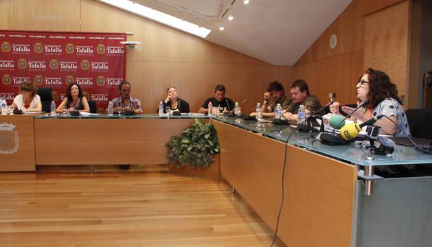 Intervención de la edil de IT, Ana Ozcáriz, ante la mirada de los representantes de Bildu y la alcaldesa.