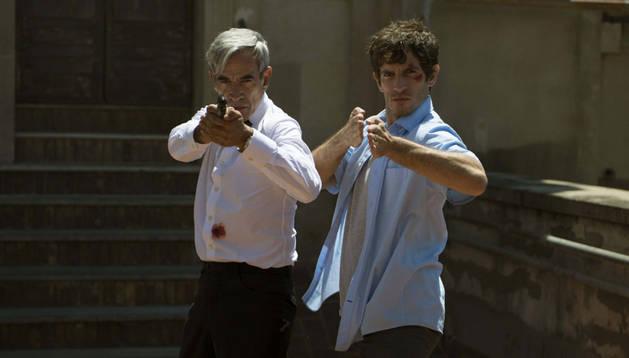 Imanol Arias (i) y Quim Gutiérrez (d), durante el rodaje de 'Anacleto: Agente Secreto'.