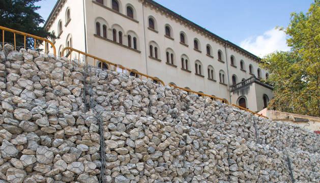 Muro de gaviones y el Liceo Monjardín en la parte superior.