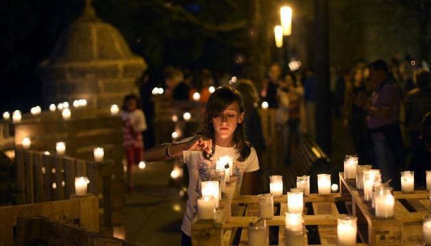 Las murallas de Pamplona, a la luz de las velas.