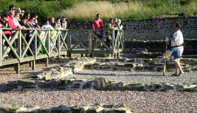 Imagen de las visitas teatralizadas que se están llevando a cabo en la villa romana de Liédena.