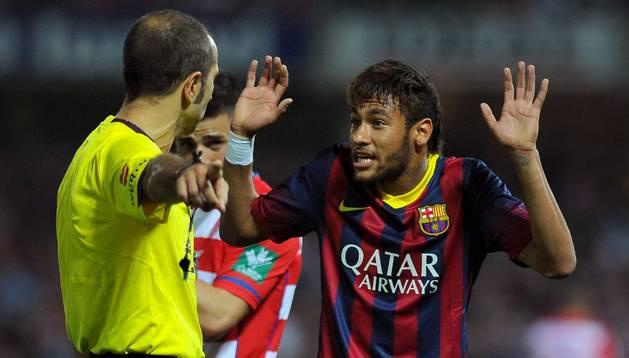 Neymar protesta una jugada al árbitro