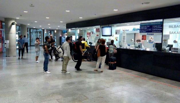 Un grupo de pasajeros compran sus villetes en la Estación de Autobuses.