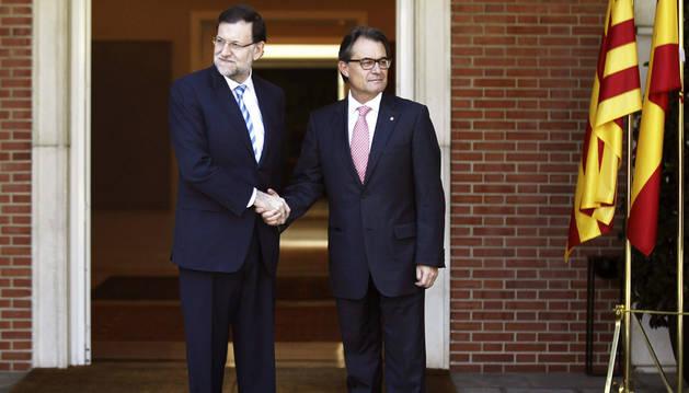 Rajoy y Mas se saludan antes de la reunión en la Moncloa