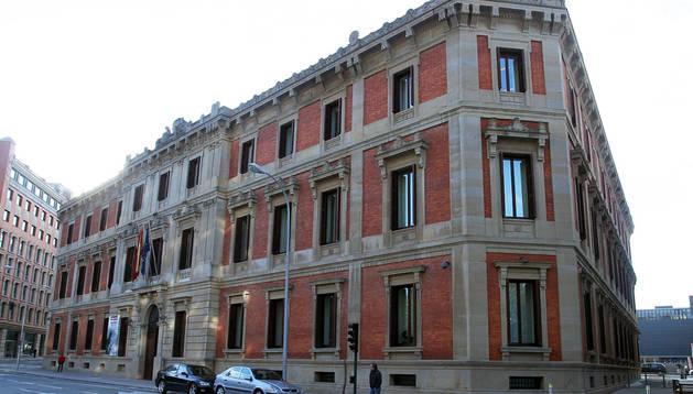 Fachada del Parlamento de Navarra, donde tuvo lugar ayer la comparecencia de la presidenta Yolanda Barcina