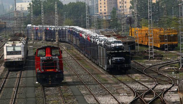 Un tren cercano a la factoría de Volkswagen cargado con Polos destinados a la exportación