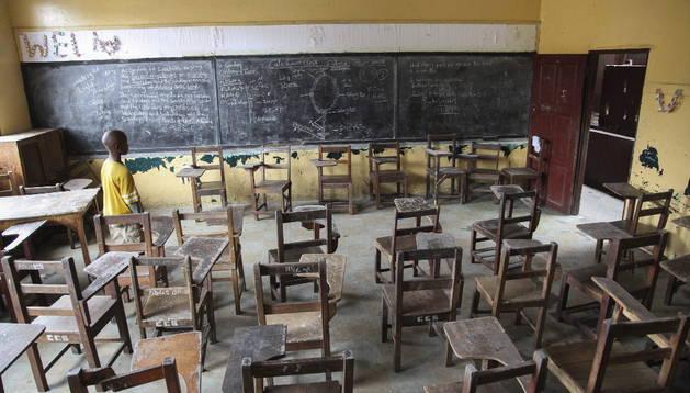 Un niño liberiano camina por una clase vacía en la Escuela Católica de la Catedral, que fue cerrada en Monrovia, Liberia.