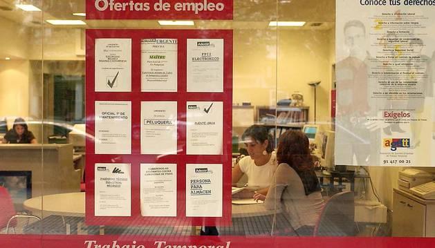 Carteles expuestos en una ETT en Navarra