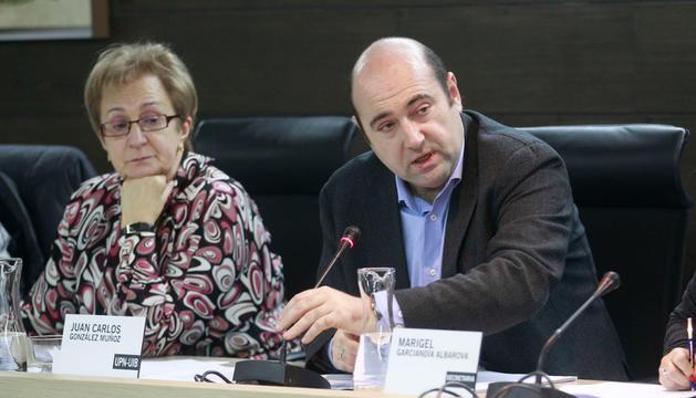 La concejal Tere Villanueva, junto al alcalde de Burlada, Juan Carlos González, durante un pleno, cuando todavía era miembro del equipo de Gobierno en diciembre de 2011.