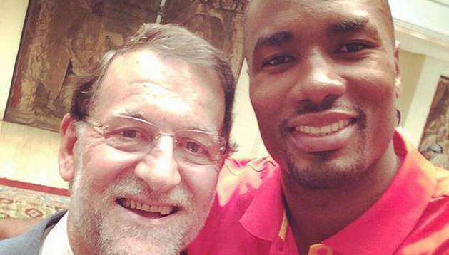 Selfie de Rajoy e Ibaka.