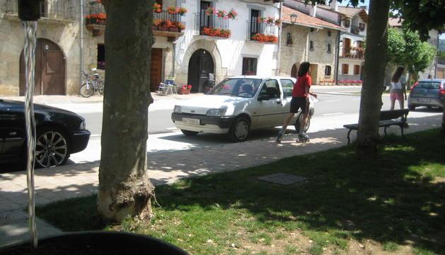 El tramo de conducción Lakuntza-Ihabar discurre por término de Arruazu. En la imagen, detalle de su plaza.