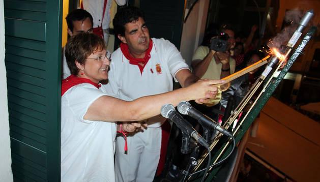 Blanca Aldanondo lanza el cohete junto al alcalde Luis Casado.