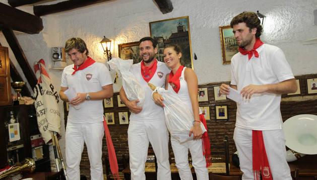 De izquierda a derecha, Jorge Ruiz, presidente de la peña Ciudad Deportiva; Alberto Lasheras, 'Gorrín' 2014; Erika Les, 'Gorrina' 2014; e Íñigo Torrents, integrante de la entidad organizadora.