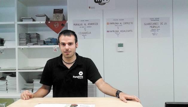 Miguel Ulisses Pulido en la oficina de Turismo  de Navarra ubicada en la calle San Saturnino