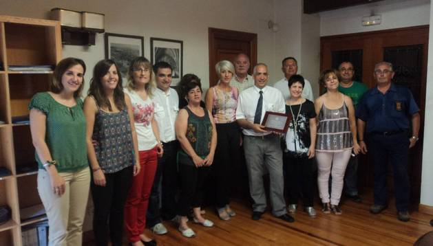 En el centro, el homenajeado, Antonio Mª Úriz, rodeado por sus compañeros y el alcalde, Jerónimo Gómez.
