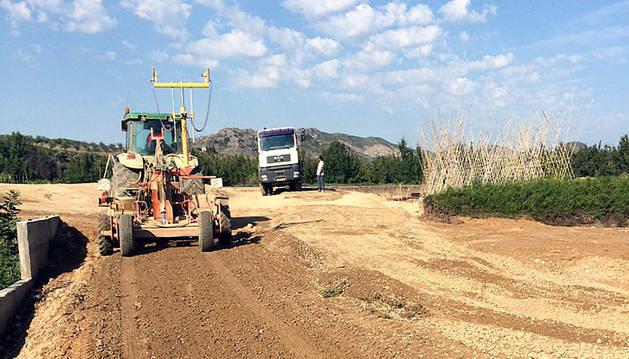 Varios operarios trabajan en la zona en la que se construirá el vial.