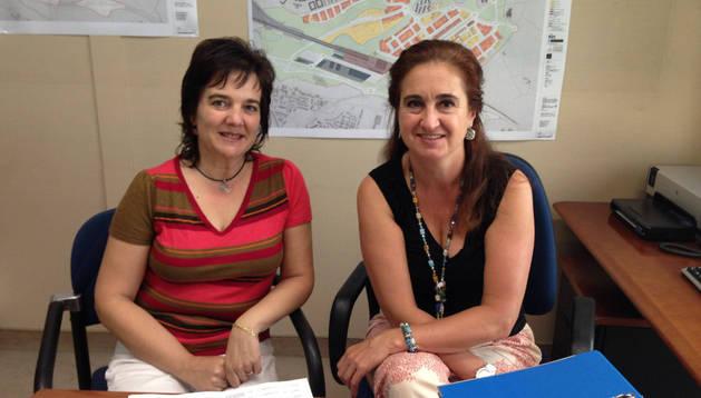 Jerusalén Egea, a la izquierda, y Marisol Alegría, responsables de la oficina del TAV de Echavacoiz.