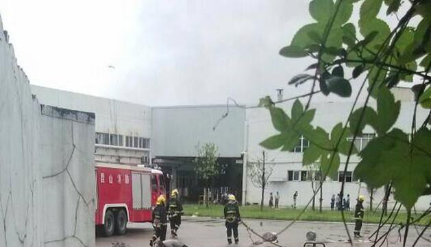 Heridos esperan a ser evacuados tras ser rescatados de la fábrica