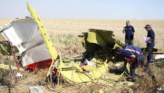 Investigadores australianos y holandeses examinan los restos del vuelo MH17 de la compañía aérea Aerolíneas Malasia